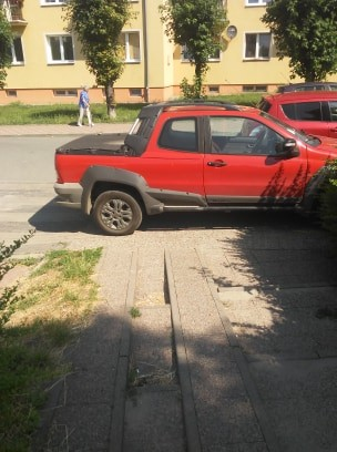 Zastawił schodki dla pieszych. Mistrzowie (nie tylko) parkowania w Malborku.