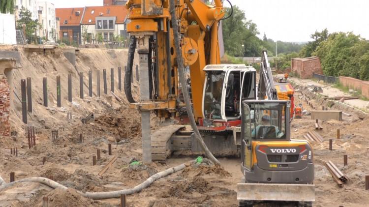 """Plac pod budowę """"kamienic"""" na Starym Mieście już pawie gotowy. Zobacz materiał wideo."""