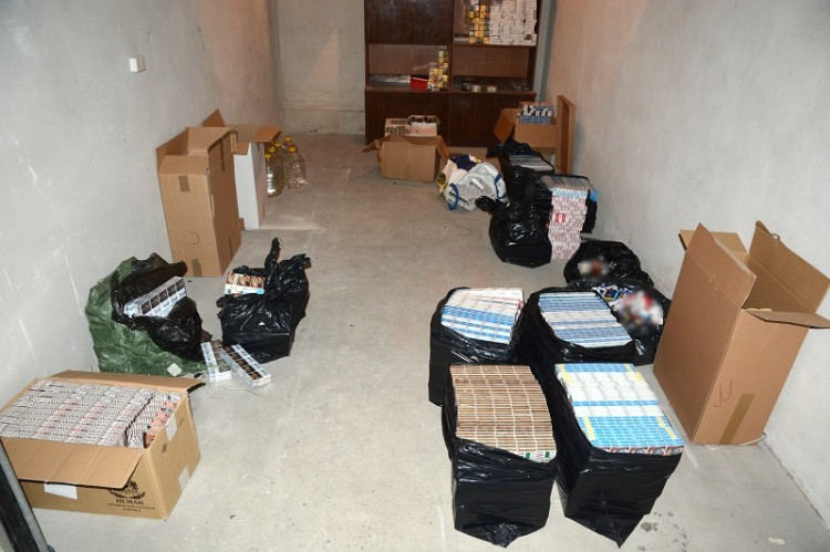 Papierosy i spirytus o wartości 111 tys. zł. Nielegalna hurtownia w garażu