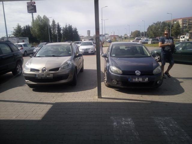 Mistrz (nie tylko) parkowania pod marketem w Nowym Dworze Gdańskim