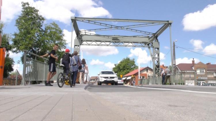 """Most zwodzony czasowo zablokowany przez jaskółki. """"To nowa atrakcja Żuław""""."""