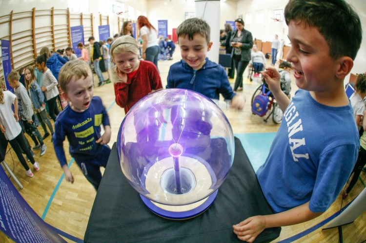 Poznaj naukę z innej strony – mobilna wystawa Centrum Nauki Kopernik przyjedzie do Kończewic.