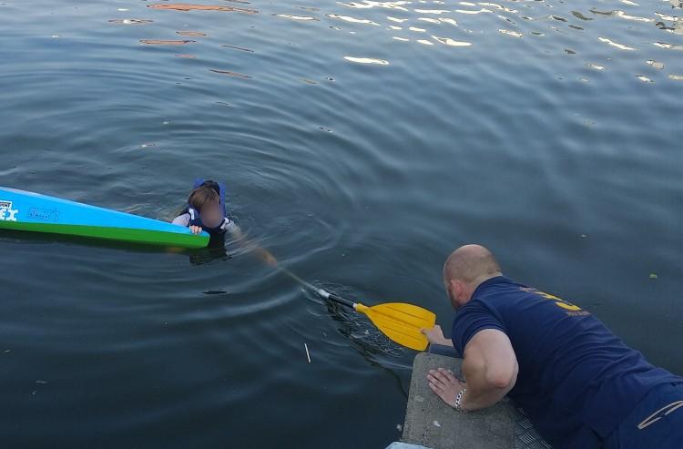13 - letni kajakarz wpadł do rzeki. Chwila nieuwagi mogła skończyć się tragiczne.