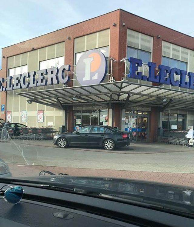 Autem pod same drzwi marketu. Mistrz (nie tylko) parkowania w Malborku.