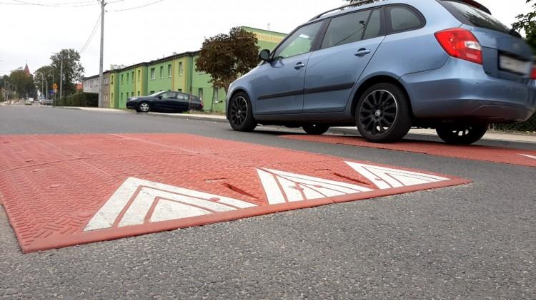 Nowy asfalt, progi i skrzyżowania równorzędne. Ul. Słowackiego na wykończeniu.