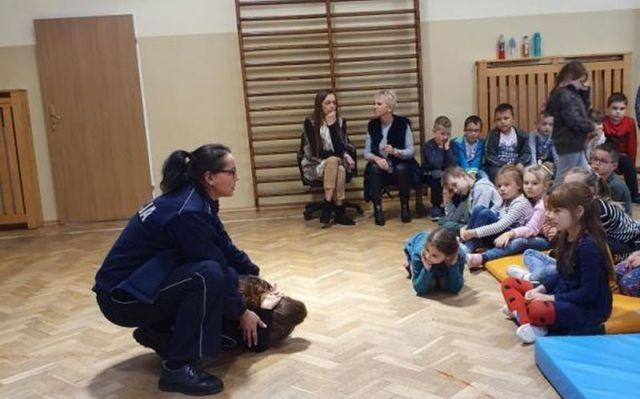 """""""Bezpieczna droga do szkoły"""" spotkania malborskich funkcjonariuszy z uczniami."""