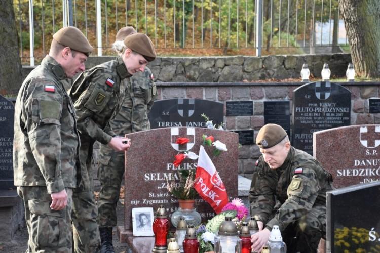 Żołnierze 7 Pomorskiej Brygady Obrony Terytorialnej im. kpt. mar. Adama Dedio troszczą się o mogiły poległych bohaterów.