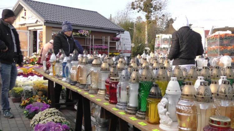 Po ile kwiaty i znicze? Sprawdziliśmy ceny przy malborskim cmentarzu komunalnym.