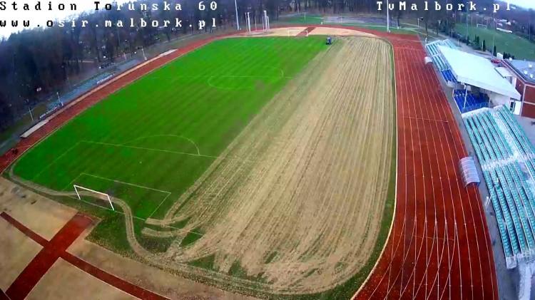Piaskowanie murawy na Stadionie Miejskim w Malborku. Statystyki Rundy Jesiennej w pigułce