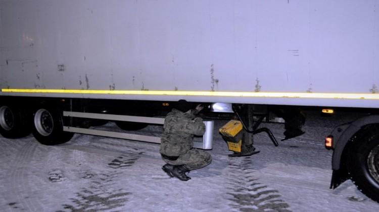 Naczepa z podrobionym numerem VIN zatrzymana na przejściu w Grzechotkach.