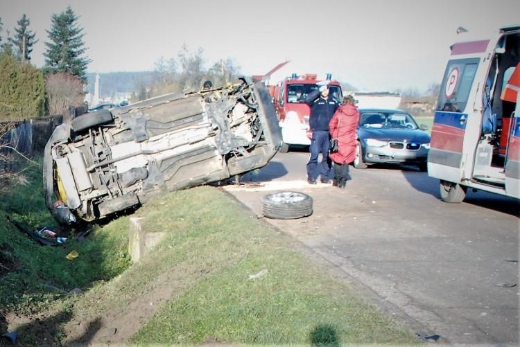 Patrzmy w lusterka. Zderzenie dwóch samochodów podczas wyprzedzania.