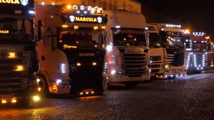 Świąteczny konwój ciężarówek w Nowym Stawie.