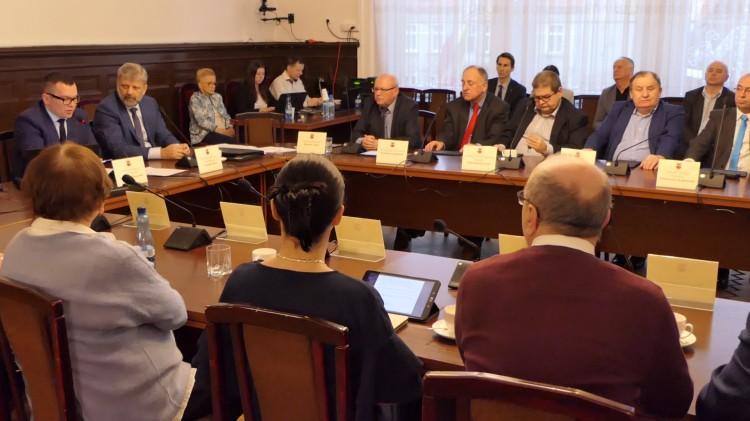 Po gorącej dyskusji nad prawidłowością zwołanej sesji, radni przegłosowali budżet powiatu na 2020 rok.