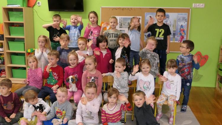Przedszkolaki składają życzenia dziadkom w dniu ich święta.