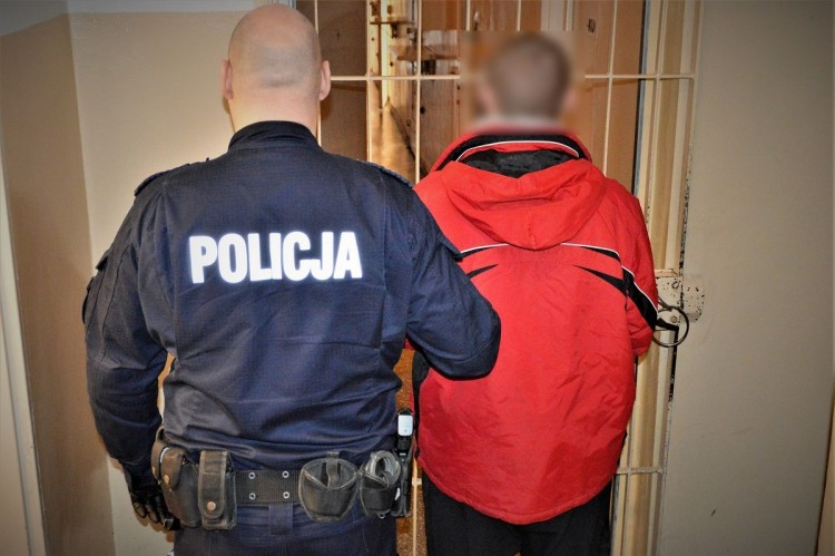 Dzięki wzorowej postawie policjanta po służbie, poszukiwani trafili do aresztu.
