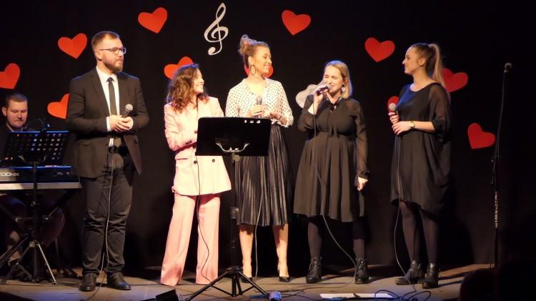 """""""Miłość rośnie wokół nas"""" - Koncert Walentynkowy w Nowym Stawie."""