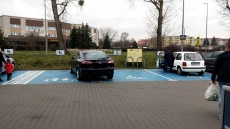 Mistrz (nie tylko) parkowania przed marketem w Malborku.