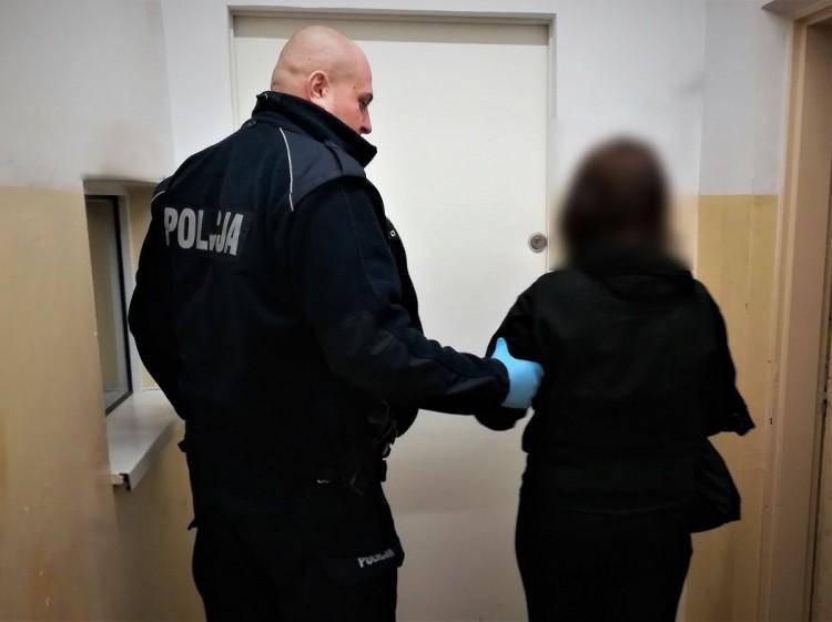 Pijana zaatakowała nauczycielkę na dworcu PKP. Na policji okazało się, że poszukiwana jest za dwukrotne pobicie mężczyzny.