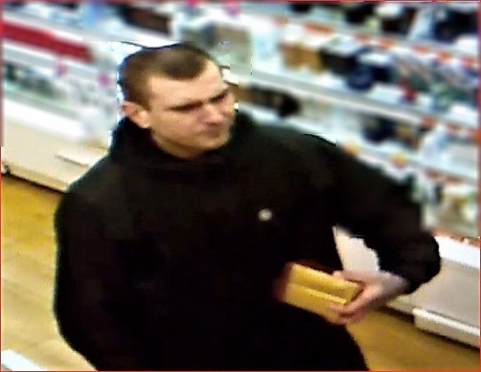 Policjanci szukają sprawcy kradzieży.