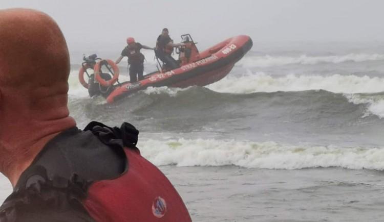 Kajakarze w wodzie - akcja ratunkowa na wodach Zatoki Gdańskiej.