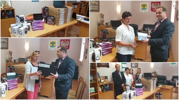 Wójt Gminy Malbork przekazał kolejne komputery do gminnych szkół.