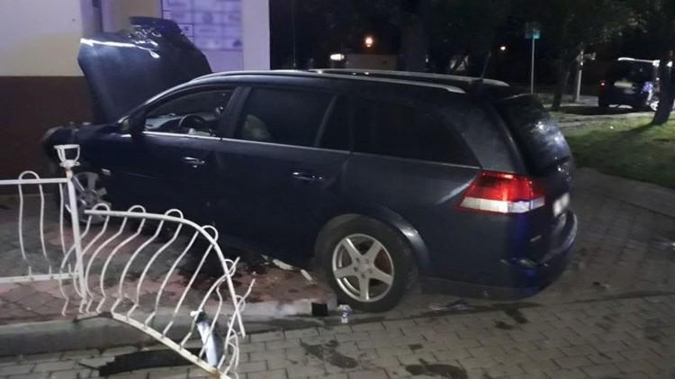 Nocny wypadek drogowy w Starym Polu spowodował pijany kierowca.