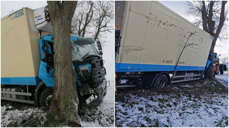 Malbork. Za duża prędkość przyczyną zderzenia ciężarówki z drzewem.