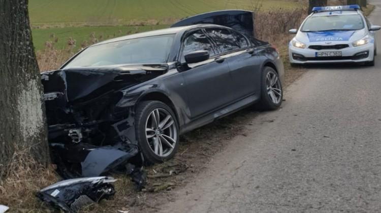 Dzierzgoń. Zamiast w sarnę, kierowca osobówki uderzył w drzewo.