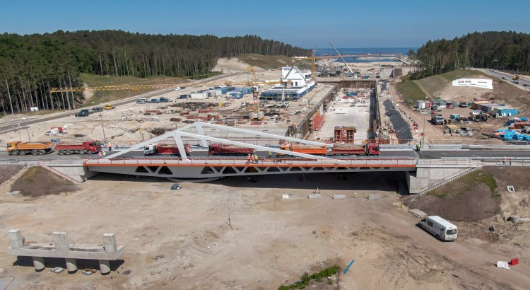 Przekop Mierzei Wiślanej. Pierwszy z mostów przechodzi próbne obciążenia!. Raport z budowy kanału żeglugowego - czerwiec 2021