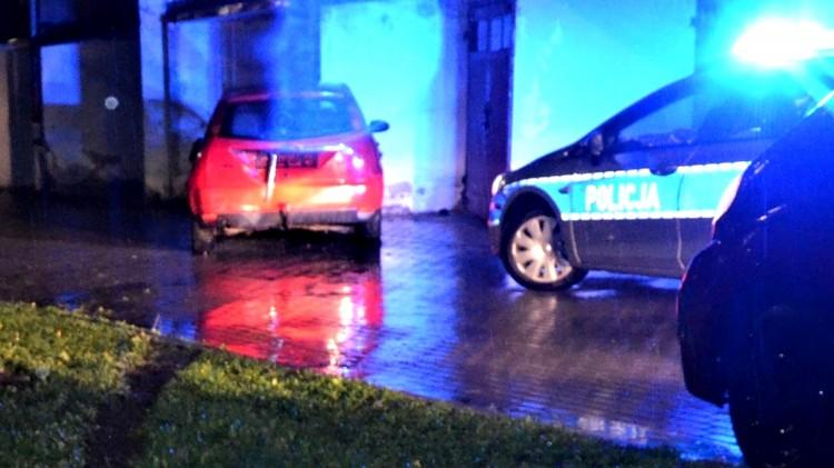 Tczew. Pijany kierowca spowodował dwie kolizje i uderzył w budynek.