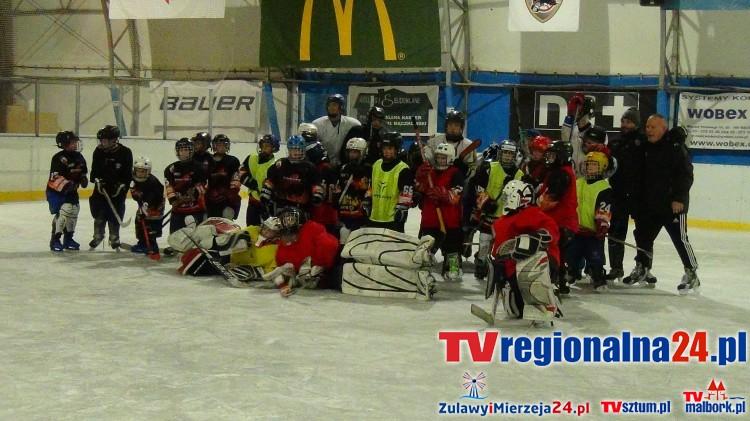 Trening piłkarzy Pomezanii z hokeistami UKS Bombek na lodowisku miejskim w Malborku - 22.12.2015