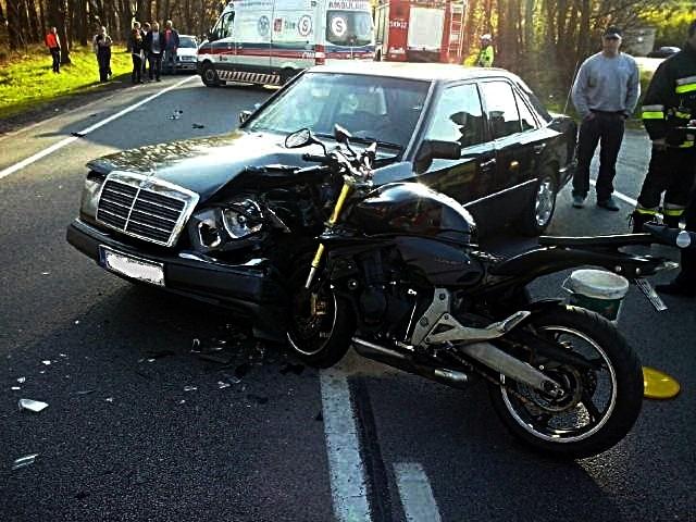 """Gniszewo: Kolejny wypadek na """"berlince"""". Motocyklista ranny w zderzeniu z mercedesem – 29.04.2016"""