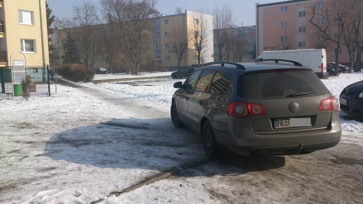 Mistrzowie(nie tylko)parkowania na chodniku przy ul.Tuwima w Nowym Dworze…