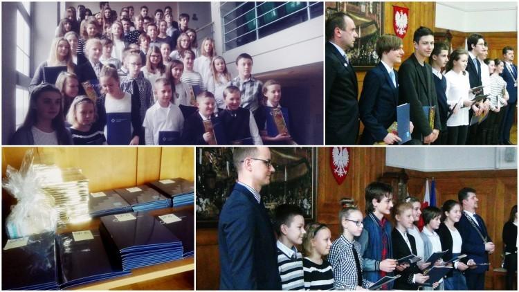 Burmistrz wręczył 62 stypendia naukowe dla najlepszych uczniów malborskich…