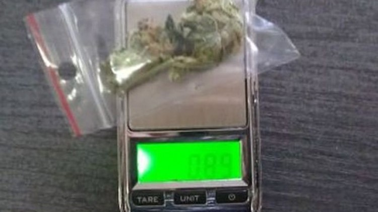 """Chciał wiedzieć ile nosi """"towaru"""". 18- latek aresztowany z marihuaną…"""
