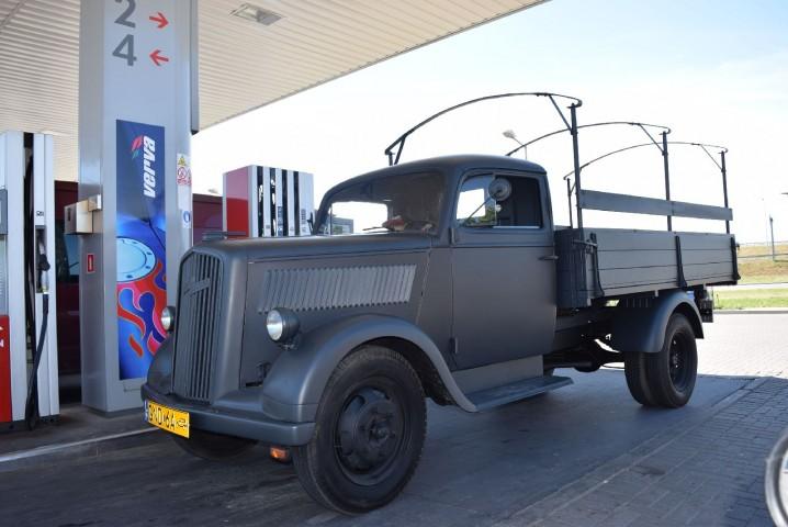 Osobliwy pojazd tankował na stacji.