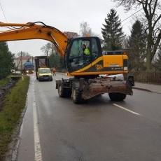 GDDKiA czyści i naprawia rowy przydrożne na drodze krajowej nr 55